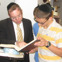 Kollel scholar Rabbi Yossi Kaplan with Lazer Kagan